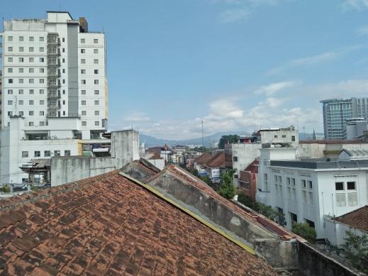View kota Bandung dari atap Chez Bons Hostel